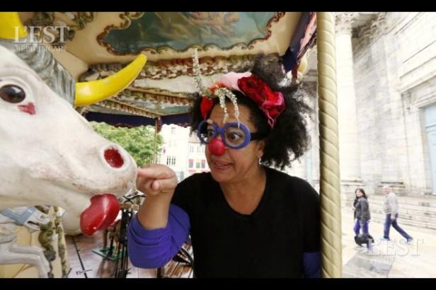daphne-amouroux-comedienne-depuis-20-ans-clown-depuis-10-ans-s-entoure-de-compagnons-prets-a-tout-pour-donner-du-bonheur-aux-enfants-hospitalises-photo-arnaud-castagne-1507274402